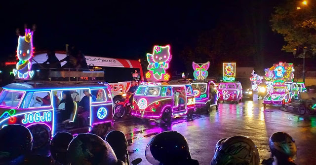 Kendaraan dengan lampu warna-warni di Alun-Alun Kidul