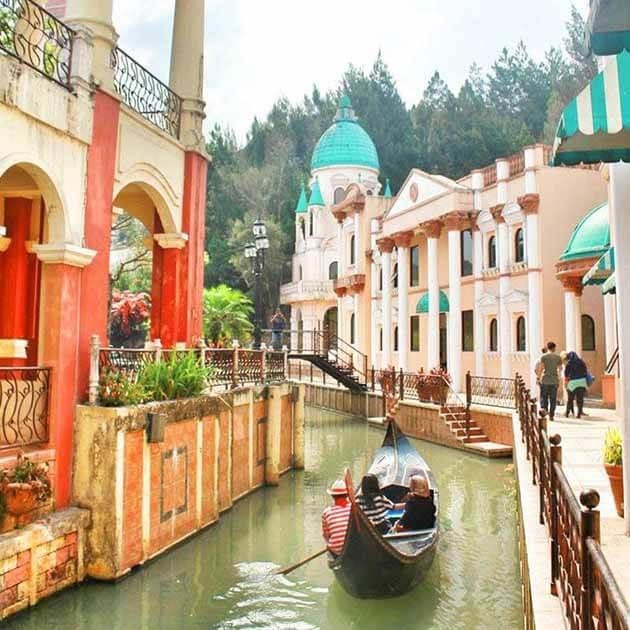 Gondola dan bangunan indah di Kota Bunga