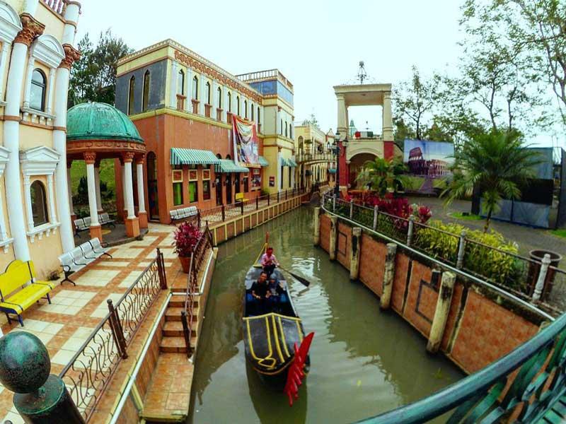 Bangunan unik dan gondola di Little Venice, Bogor